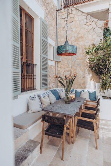 Un banc de terrasse avec de nombreux coussins