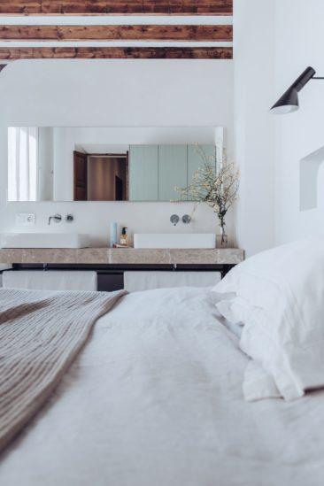 Chambre avec lavabos intégrés