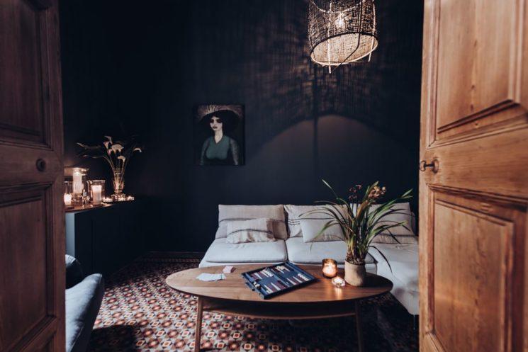 Osez une pièce sombre ! Noir et bois brut font toujours bon ménage.