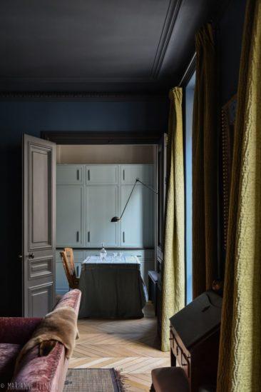 """Un appartement par Marianne Evennou qui affiche une mise en couleur """"sombre"""""""