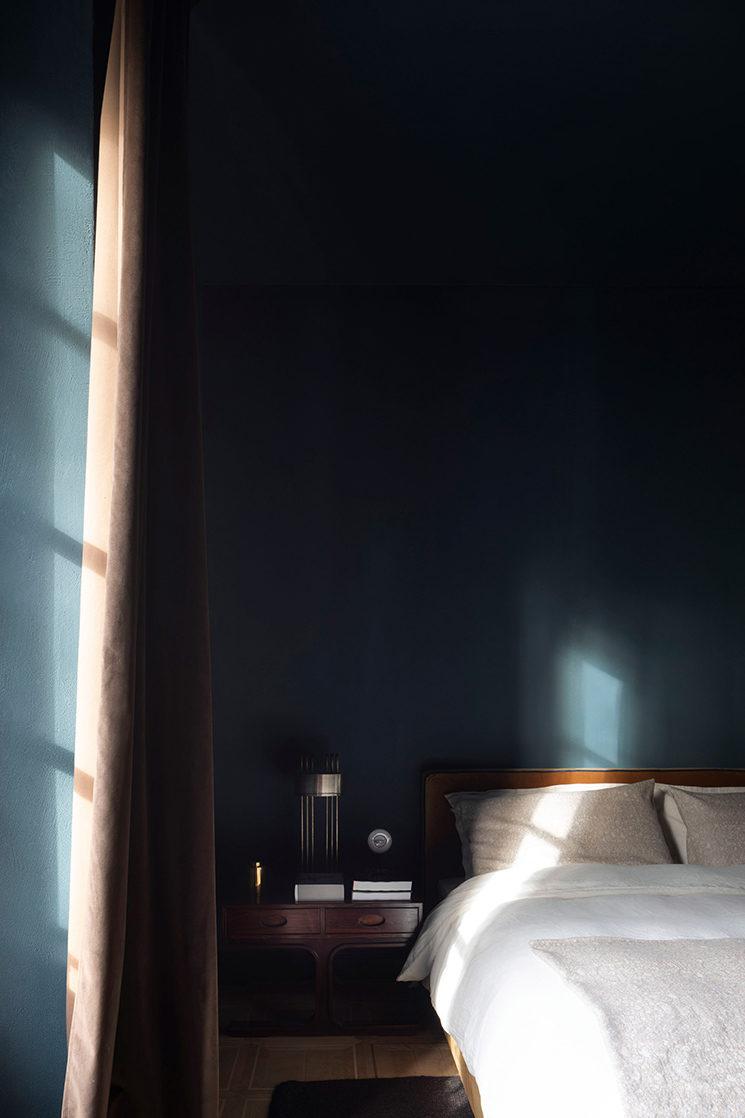 Décorer avec des teintes sombres comme Le Sister hotel à Milan