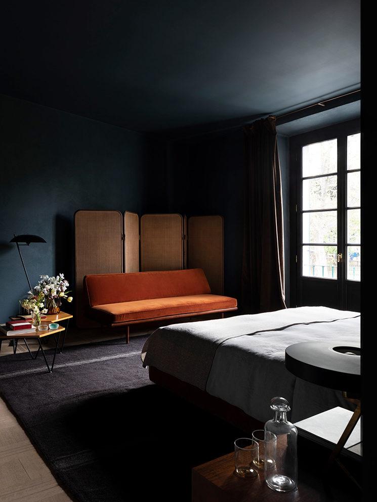 Chambre en dégradé de bleu pour le Sister hotel et mobilier vintage