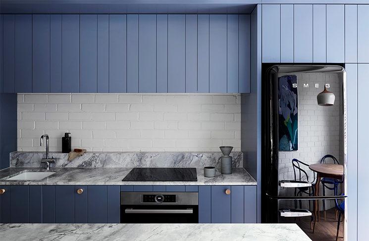 Une cuisine en bleu cobalt / Osez des chaises bleu outremer / Un lit bleu gris, bleu indigo / Design Intérieur : Lisa Breeze - Projet Fitzroy North Townhouse