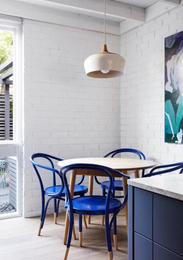 Osez des chaises bleu outremer / Un lit bleu gris, bleu indigo / Design Intérieur : Lisa Breeze - Projet Fitzroy North Townhouse