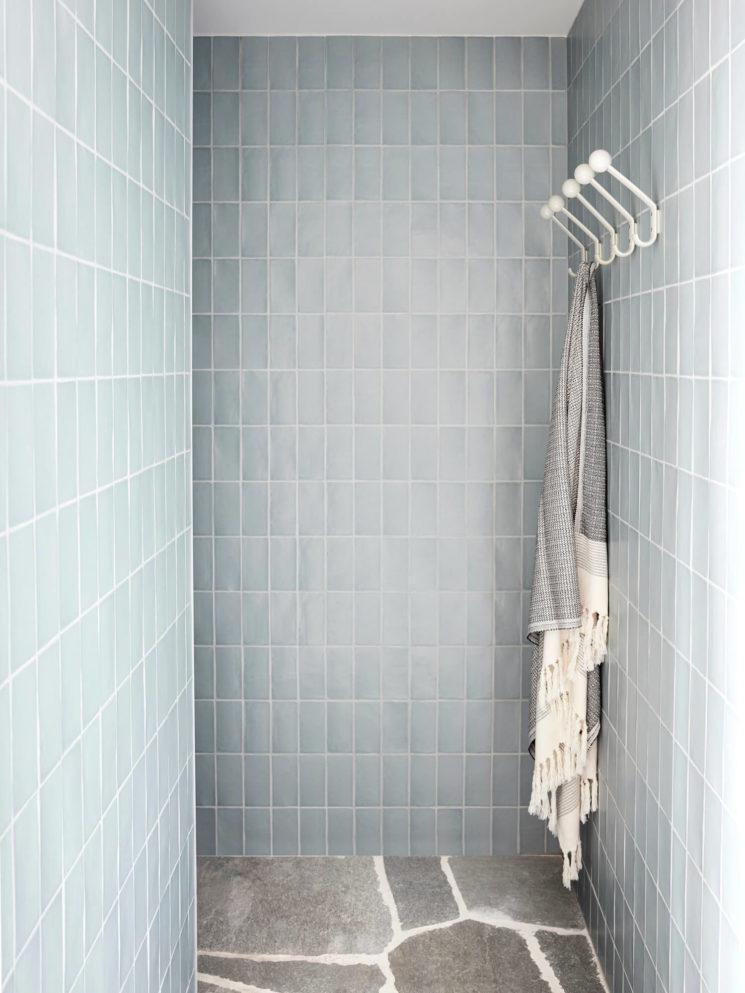 Une douche bleu ciel en zellige // Studio Esteta - Projet : Portsea Beach House