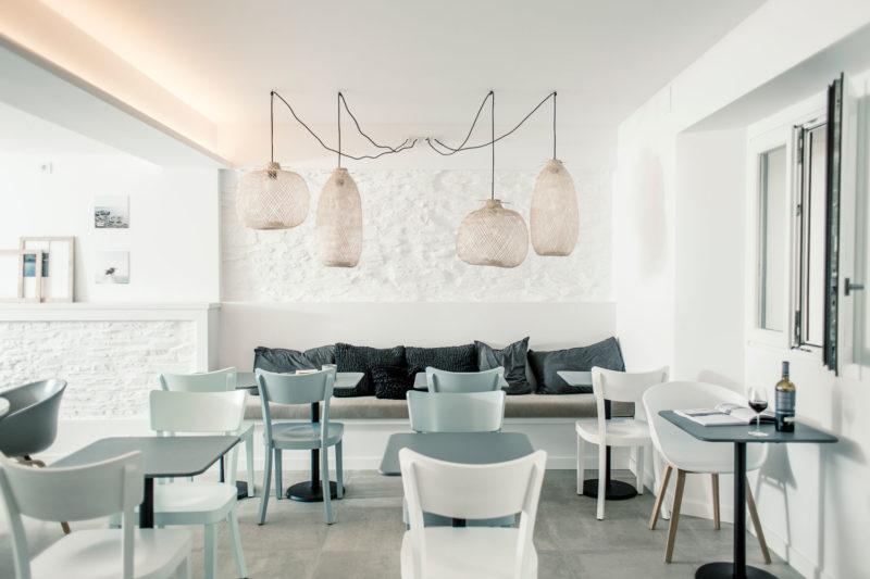 """Esprit """"beach club"""" en bleu ciel, blanc et bois clair pour cet hôtel Hotel Tramuntana à Cadaques"""