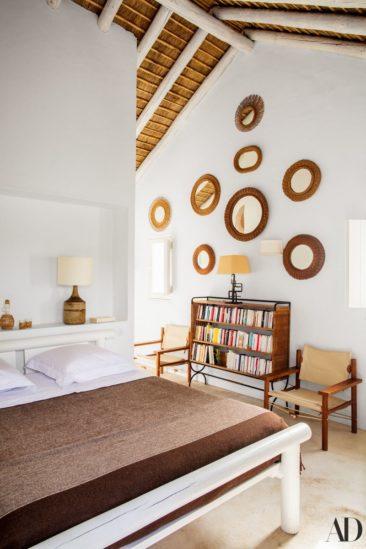 Une maison de vacances aux nombreux objets vintage en rotin // Design Intérieur : Suducca & Merillou