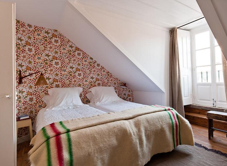 Osez un papier-peint fleuri ! // Baixa House à Lisbonne - Papier-peint Josef Frank