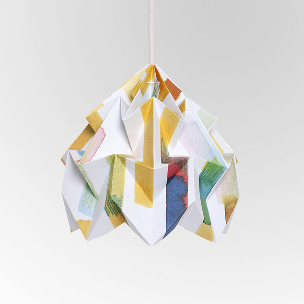 Suspensions papiers en origami, en collaboration avec le studio graphique Tas-ka sur la boutique Etsy Nelliana, 61 €.