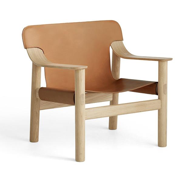 Fauteuil Bernard en chêne et cuir, design :Shane Schneck pour Hay