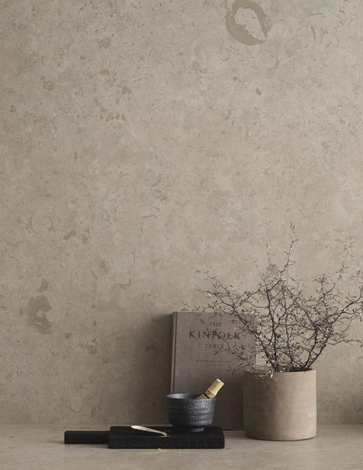 Un plan de travail et crédence en céramique imitation calcaire, signé Bricmate