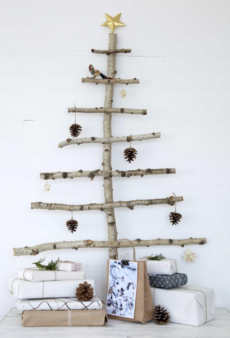 Sapin de Noël mural réalisé avec des branches d'arbres dénudées