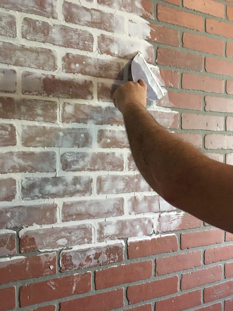Blanchir un mur de brique avec un produit à base de chaux pour l'éclaircir