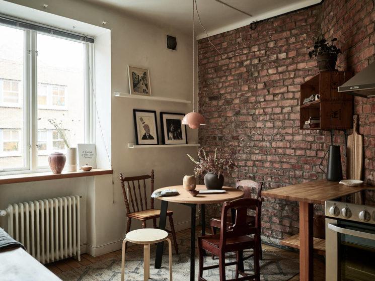 Une cuisine esprit campagne avec un joli mur de brique