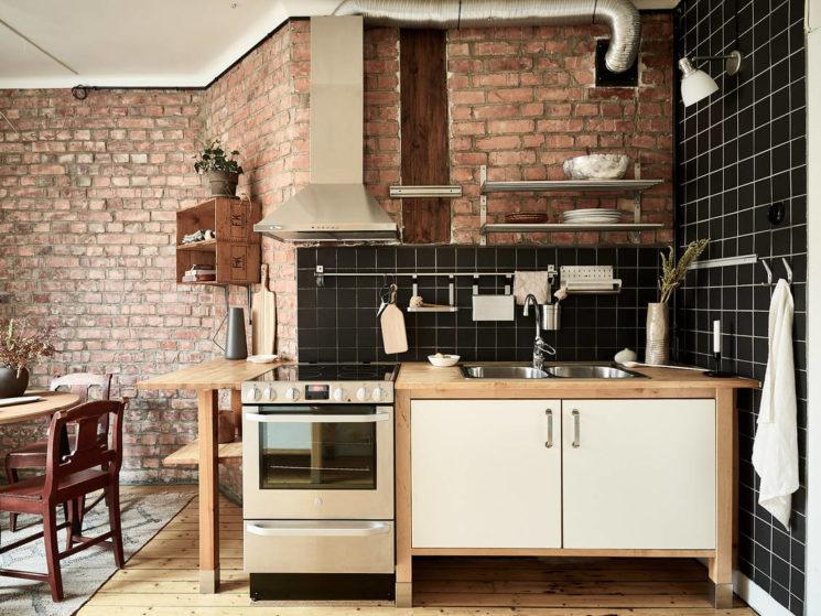 Une cuisine esprit campagne indus avec un joli mur de brique