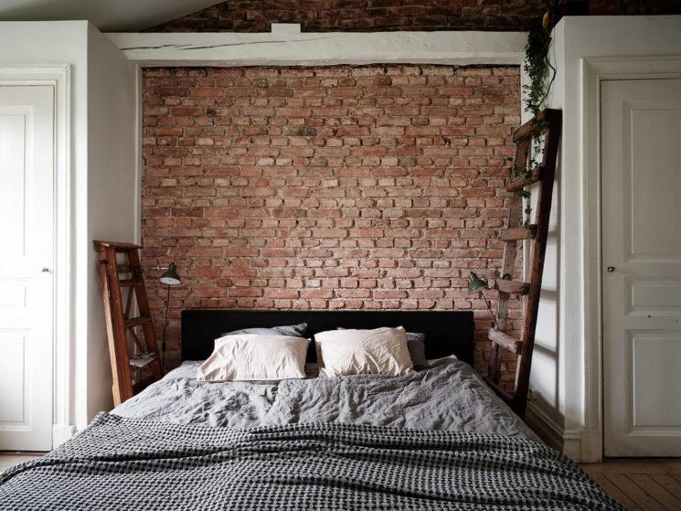 Un mur de brique en tête de lit