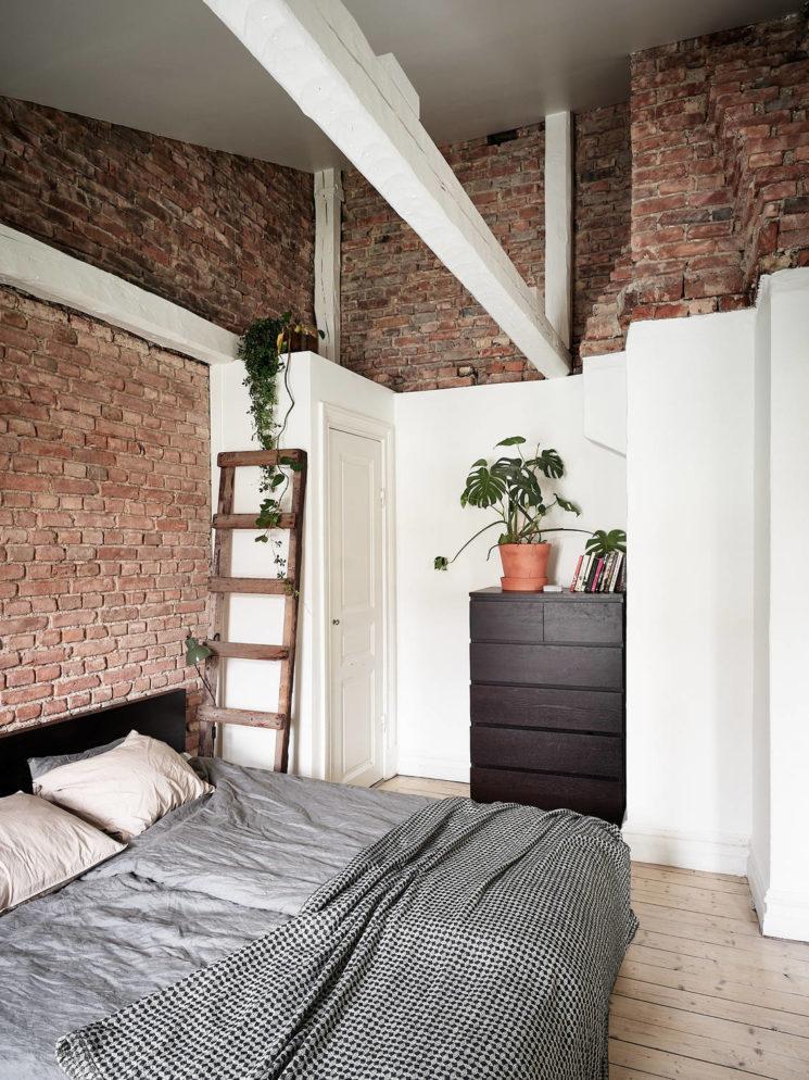 Atténuer la présence d'un mur en brique avec une cloison blanche à mi-hauteur