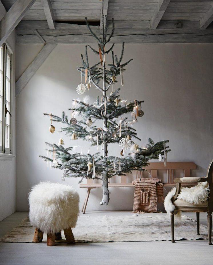 Une autre façon de mettre en scène le sapin de Noël en le suspendant