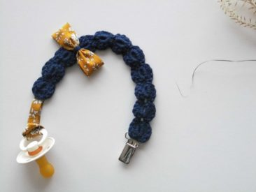 Attache tétine ou doudou en crochet - Boutique Une Maille en l'Air sur Etsy