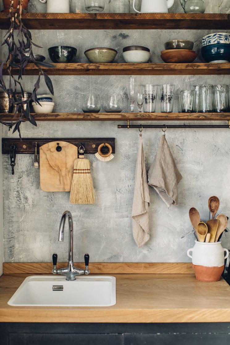 Esprit industriel, esprit rustique pour ces étagères et casiers en bois brut // @lobsterandswan