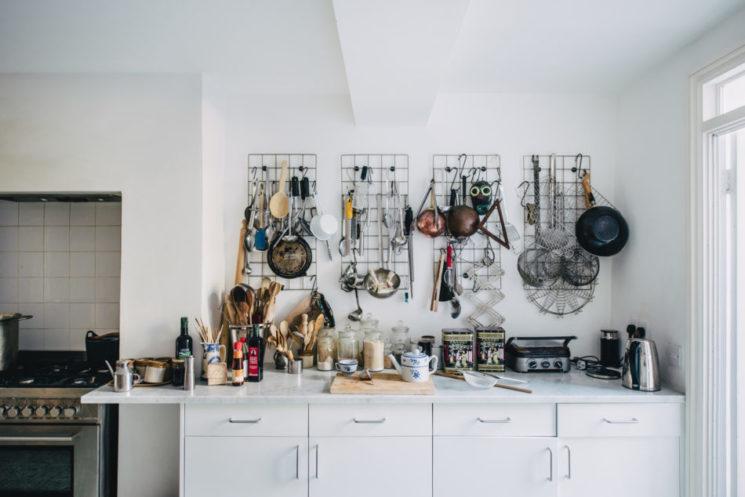 Des grilles pour suspendre des tas d'ustensiles de cuisine pour une touche indus