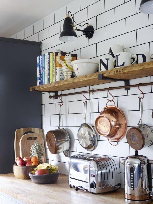 Des étagères murales de style industriel pour sa cuisine à combiner avec une tringle en cuivre.
