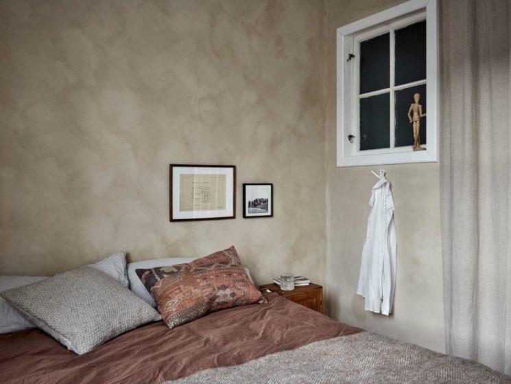 Encore... ce duplex à la déco scandi vintage à Götenborg // Chambre wabi sabi ethnique dans les tonalités terracotta et nude