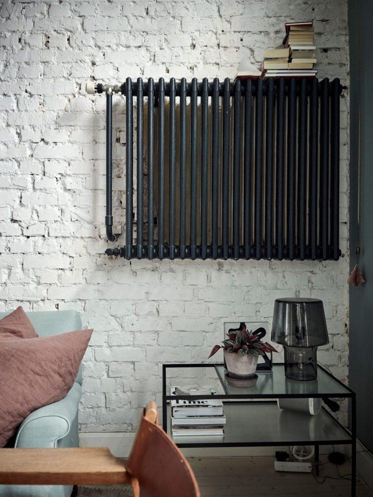 Encore... ce duplex à la déco scandi vintage à Götenborg // Ambiance vintage industriel pour le salon avec son radiateur noir suspendu