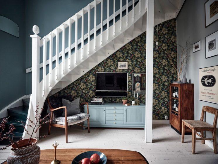 Encore... ce duplex à la déco scandi vintage à Götenborg // Ambiance vintage industriel pour le salon qui joue la carte du papier-peint William Morris