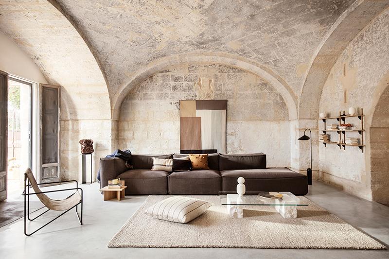 Catalogue Ferm Living SS2020, sobriété et tons terreux dans une incroyable maison méditerranéenne