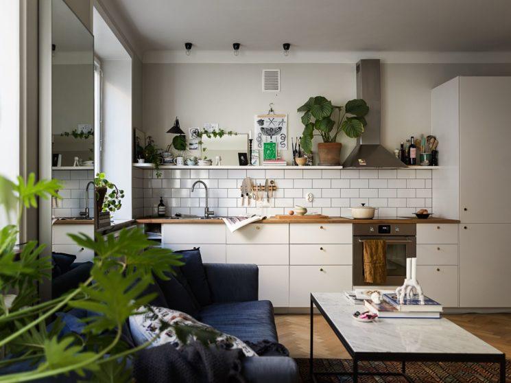 L'art de mettre en scène des objets utiles et décoratifs sur des étagères murales de cuisine