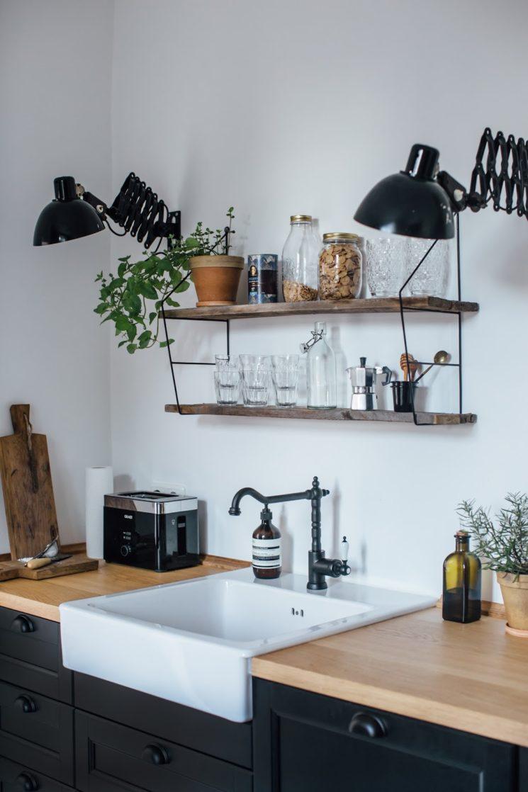 Des étagères murales de style industriel pour sa cuisine // @ourfoodstories