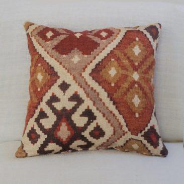 Coussin en lin, imprimé façon kilim sur la boutique Etsy The Coastal Cushion Co