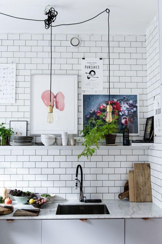 Des étagères murales design pour sa cuisine pour adoucir un décor industriel
