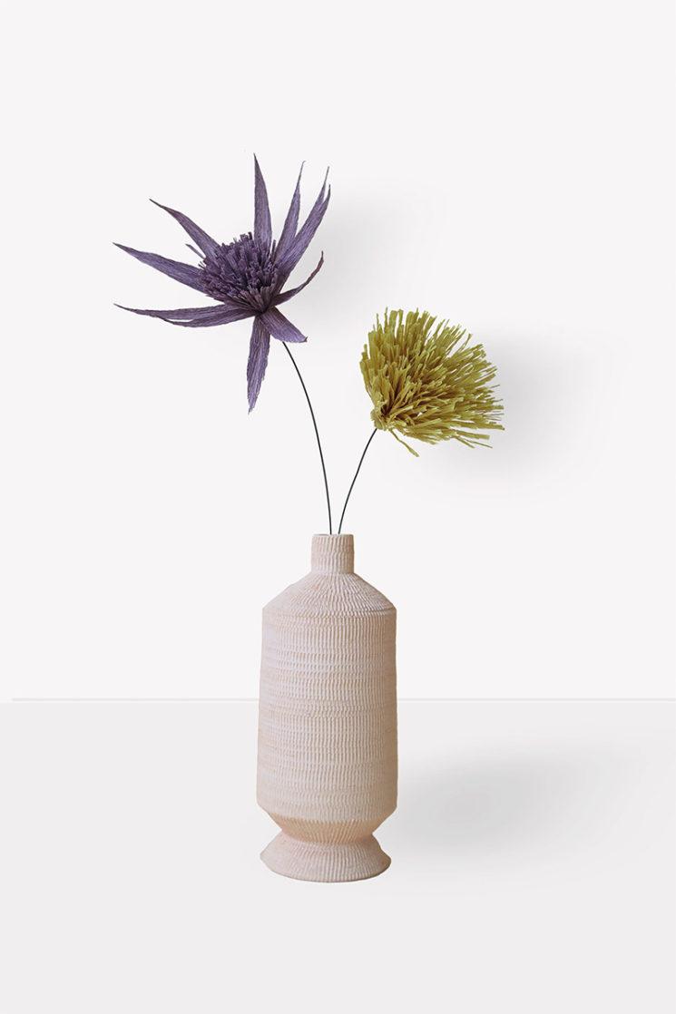 Federica Bubani - Collection Better Together - Vase en céramique et fleurs en papier crépon