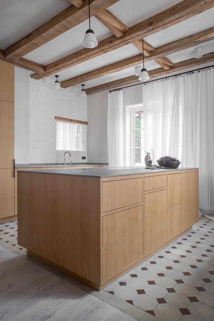 Mobilier contemporain en bois et sol antique pour cette cuisine // House from 1923 - Loft Kolasinski