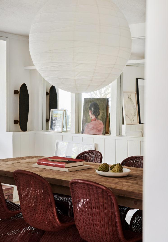Le bungalow ouvert sur le jardin de Leanne Ford, objets de brocante, mobilier vintage et œuvres d'art