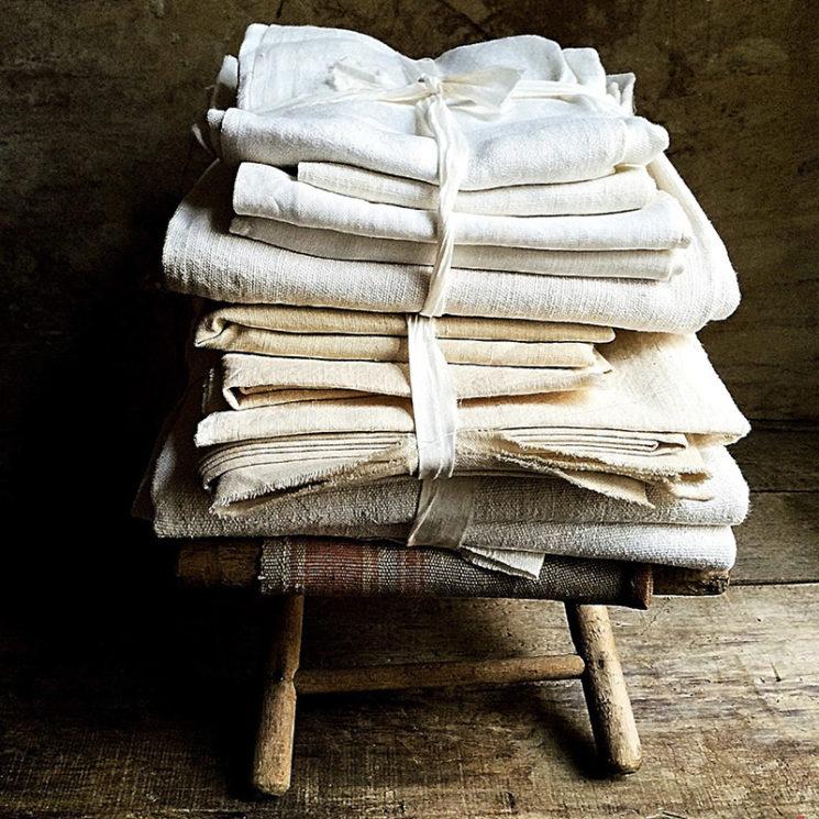 Linge de lit ancien en lin sur la boutique Etsy La Clariere, 65 € le lot.