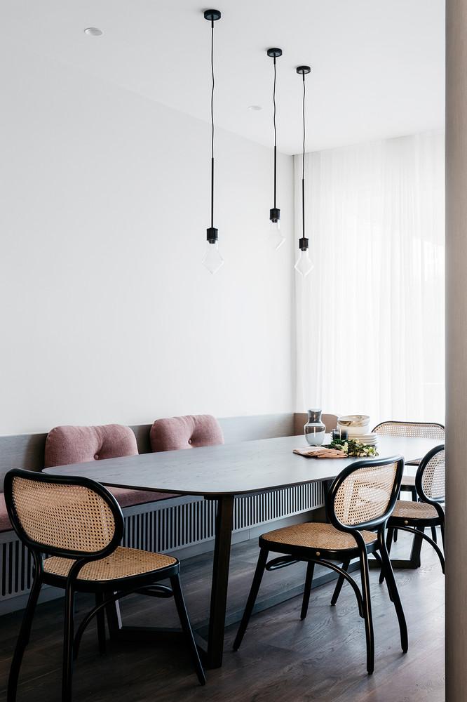 Adopter le cannage en déco avec des chaises cerclées de rotin noir