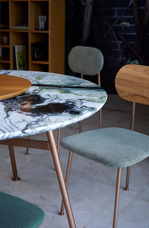 Bleu Nature collection // Table YUTAPI en marbre brillant et cuivre brossé (7 couleurs)