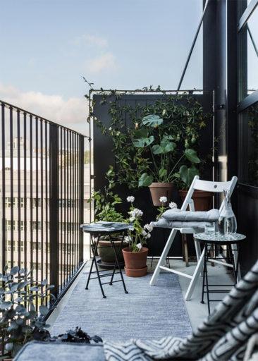 Utiliser les murs pour suspendre des plantes et gagner de la place dans l'aménagement de son balcon