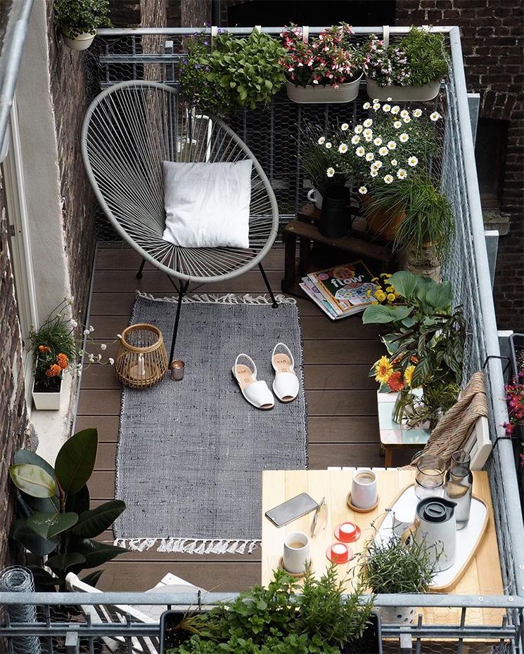 Mettre plein d'accessoires déco et varier les styles pour aménager son balcon // @craftifair