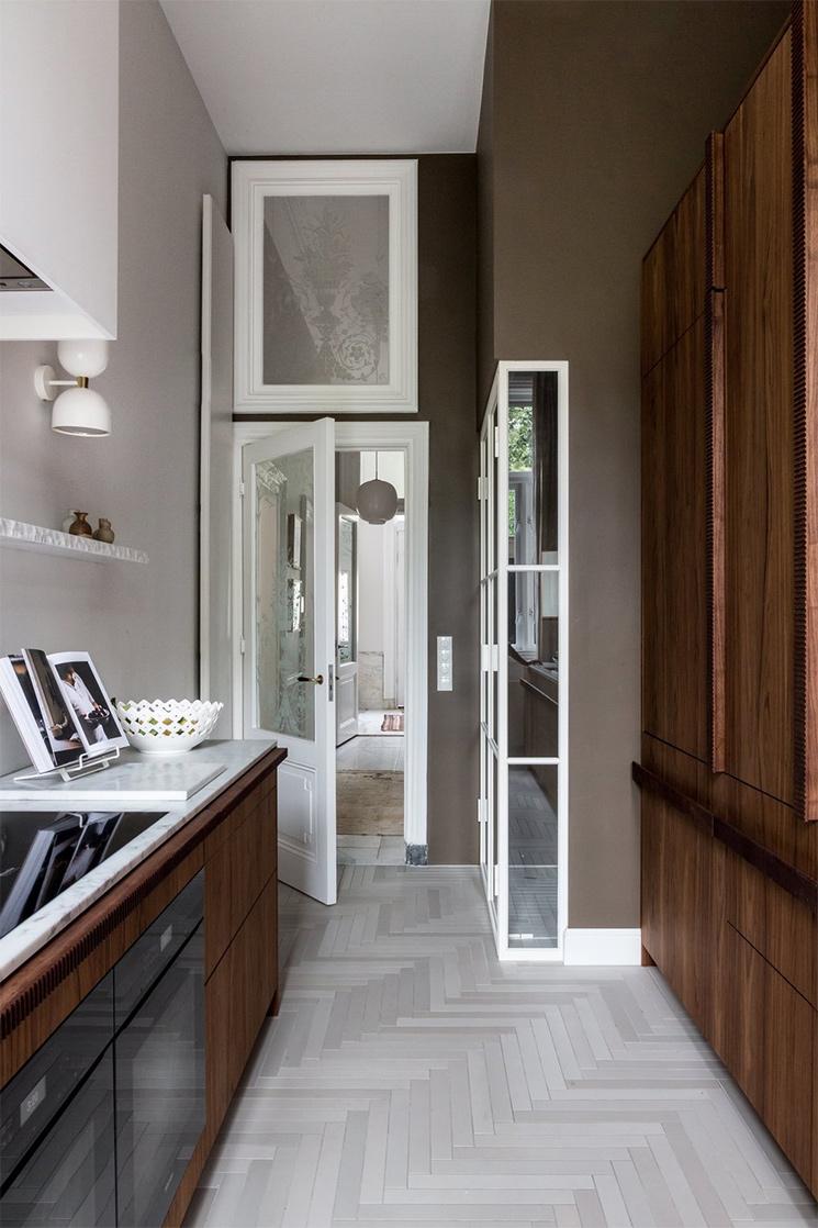 Projet Archipe avec ce mur marron dans la cuisine - Design intérieur : Avenue design studio