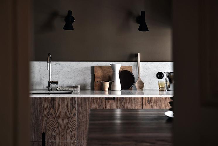 Une cuisine/séjour minimaliste dans les tonalités marrons en vente sur Alvhem