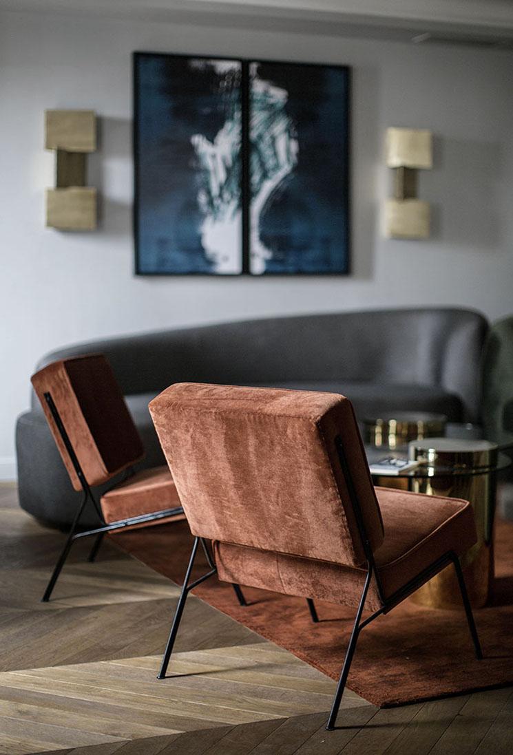 Appartement avenue Montaigne et ses fauteuils dans une teinte de marron cuivré - Design intérieur : Desjeux Delaye