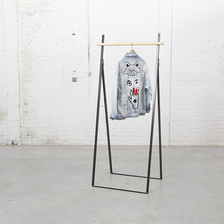 Portant à vêtements minimaliste noir, pliable sur la boutique Yaco Studio, 249 €