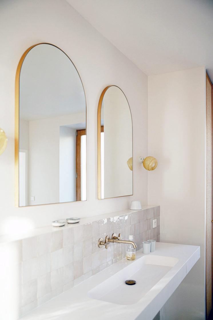 Villa Santa Teresa au décor minimaliste méditerranéen - Salle de bain avec sa crédence en zellige