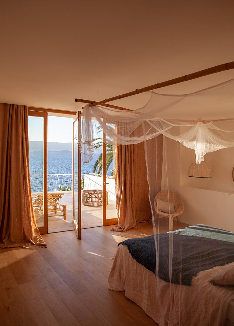 Villa Santa Teresa au décor minimaliste méditerranéen - Blanc, bois chaud et couleurs chaudes