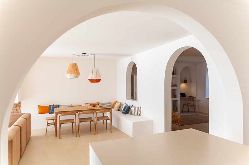 Villa Santa Teresa au décor minimaliste méditerranéen - Blanc, bois chaud et arche