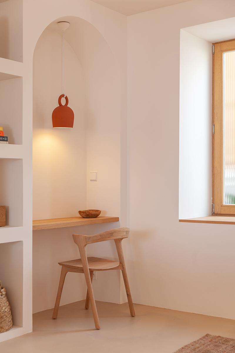 Villa Santa Teresa au décor minimaliste méditerranéen - Blanc, bois chaud et arche + une pointe de couleur